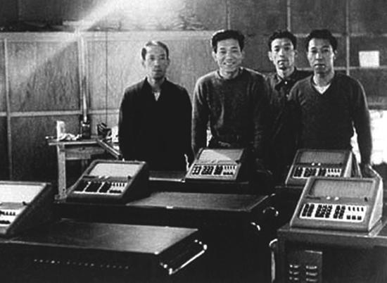 האחים קאשיו לצד המחשבונים של קסיו